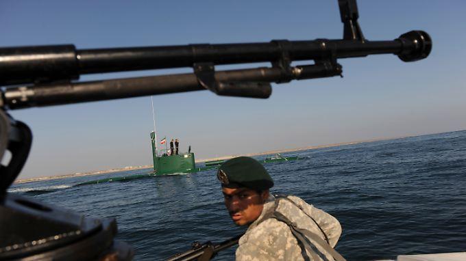 Iranische Soldaten bei einem Seemanöver im Persischen Golf.