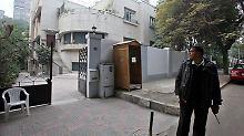 Ägyptisches Militär steht Wache, während ein Büro durchsucht wird.