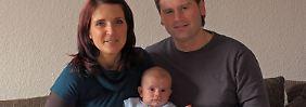 Caroline Welz und Lars Held freuen sich im sächsischen Radebeul über ihren Sohn Maximilian.