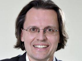 Bernhard Pörksen ist Professor für Medienwissenschaft an der Universität Tübingen. Gemeinsam mit der Medienwissenschaftlerin Hanne Detel erforscht er, wie Skandale entstehen.
