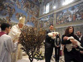 Papst Benedikt XVI. tauft 16 Kinder in der Sixtinischen Kapelle.