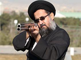 """Mullah mit Flinte: Das Schießsportzentrum in Teheran liegt in einem Komplex namens """"Freiheit""""."""