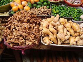 Zwei Sorten Ingwer auf einem Markt in Haikou (China).
