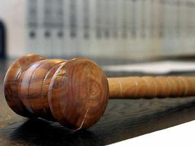 Es existiert keine allgemein gültige Zeitvorgabe, wie lange ein Gerichtsverfahren höchstens dauern darf.