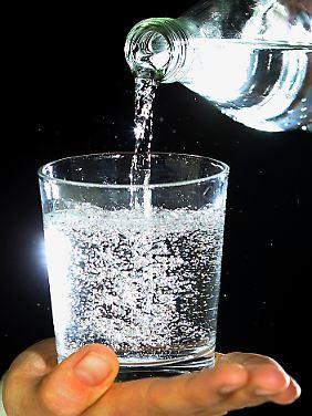 Wasser im Glas verliert mit der Zeit immer mehr Kohlensäure.