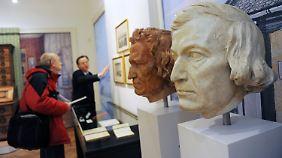 Die Original-Gipsabdrücke der Brüder Wilhelm (r) und Jacob Grimm im Brüder- Grimm-Museum.