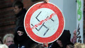Protest gegen einen Marsch von Neonazis durch Lübeck im März 2011.