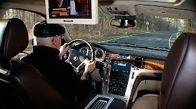 Der Fahrer genießt den Komfort, während die Fondspassagiere sich per DVD belustigen lassen.