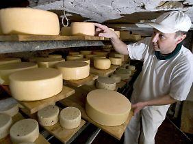 Heutzutage baut man Käse nach. Früher trugen die verschiedenen Lagerorte maßgeblich zur Entstehung unterschiedlicher Käsesorten bei.