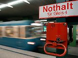 Zug bremst rechtzeitig: Frau schubst fremden Mann vor U-Bahn