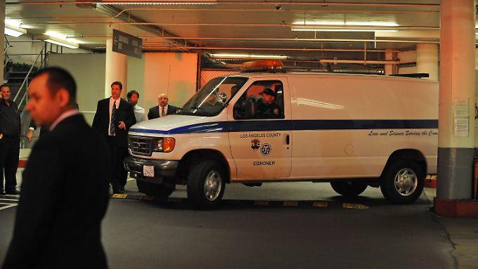 Ein Wagen bringt den Leichnam von Whitney Houston zur Autopsie.