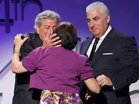 """Tony Bennett und Amys Eltern bei der Grammy-Übergabe für """"Body and Soul"""" im Februar 2012."""