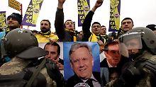 Die Fans feiern ihren Präsidenten: Anhänger Fenerbahces vor dem Gericht in Istanbul.