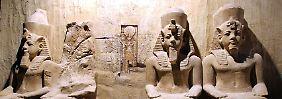 Eine originalgetreue Nachbildung der Pharaonen um Ramses II in einer Ausstellung.