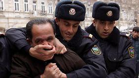 Demonstrationen gegen die Regierung wurden im Frühjahr 2011 von der Polizei unterdrückt. Mittlerweile lernen die Beamten Englisch - für die ESC-Gäste.