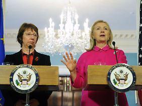 """Bei einem Treffen mit Clinton (r.) in Washington sagte Ashton (l.), sie sei """"vorsichtig und optimistisch zugleich"""", dass der Iran tatsächlich zu neuen Gesprächen bereit sei."""