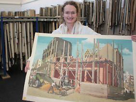 Die Leiterin der Forschungsstelle für Historische Bildmedien in Würzburg, Ina Katharina Uphoff, mit einem der rund 20.000 Lehrtafeln.