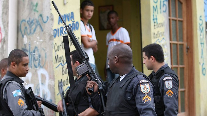 Die Polizei versucht, mit verstärkten Patrouillen in den Favelas der Lage Herr zu werden.
