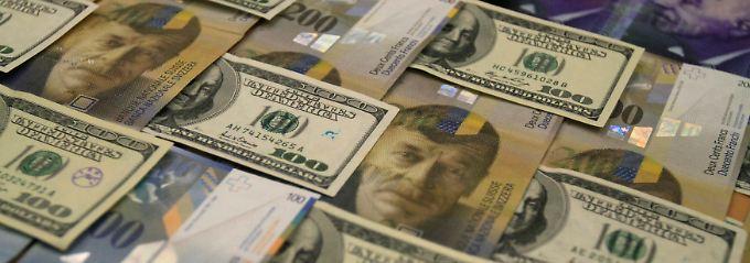 Einiges berappen musste der  Fotograf für dieses druckfrische Tableau aus Dollar, Euro und Schweizer Franken.