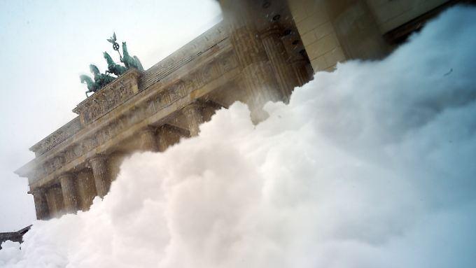 Gewohntes Bild der vergangenen Winter: Schneemassen am Brandenburger Tor.