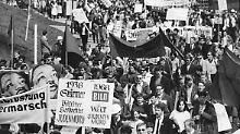 Die Proteste der Studenten - hier der Ostermarsch in Stuttgart am 15.04.1968 - richteten sich auch gegen de Springer-Zeitungen.