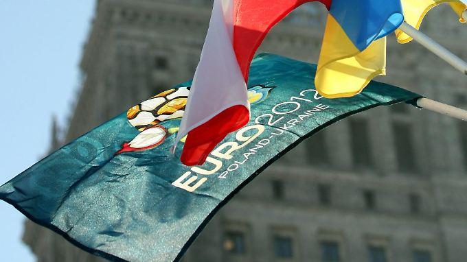 Flagge zeigen für die EM: Die Fahnen der beiden Ausrichterländer wehen gemeinsam mit der EM-Fahne vor dem Warschauer Kulturpalast. In der polnischen Hauptstadt wird das EM-Turnier am 8. Juni eröffnet.