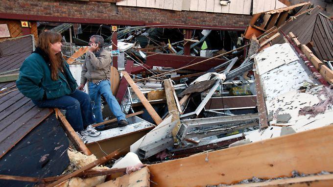 Diese Menschen in Hollister im Bundesstaat Missouri stehen vor den Trümmern ihrer Existenz.