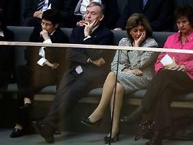Auf den Zuschauerbänken: Bundespräsident Köhler, links von ihm die langjährige Bundestagspräsidentin Rita Süssmuth, rechts die Präsidentin des Zentralrats der Juden, Charlotte Knobloch.