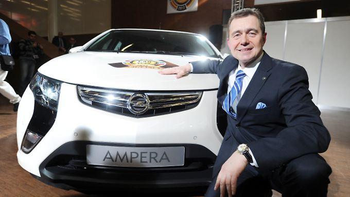 """Karl-Friedrich Stracke, Vorstandsvorsitzender von Opel, sitzt am im Rahmen des Autosalon Genf an einem Opel Ampera Volt, der als """"Car of the Year 2012"""" präsentiert wurde."""