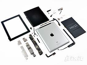 iFixit hat das neue iPad auseinandergenommen. Das dunkelgraue Ding rechts neben der Rückseite ist der riesige Akku, der das iPad zehn Stunden am Leben hält.