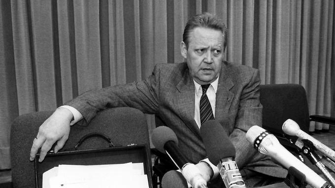 Am 9. November 1989 verkündet Günter Schabowski auf einer Pressekonferenz die Öffnung der DDR-Grenze.