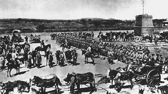 Vor dem Abmarsch in den Kampf gegen die Hereros wird die 2. Marine-Feldkompanie eingesegnet.