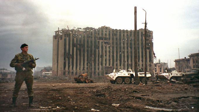 Auch in Tschetschenien griffen russische Truppen schon massiv ein. 1995 hält ein Soldat Moskaus auf dem Platz vor dem zerstörten Präsidentenpalast in Grosny Wache.