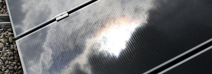 Die Kürzung der Solarhilfen soll ab 1. April gelten. Sinn und Zweck ist es, die Kosten bei der Energiewende im Rahmen zu halten. Die Förderung wird von den Verbrauchern über den Strompreis bezahlt.