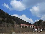 Ein Zug fährt bei Hinterzarten im Schwarzwald über das Ravenna-Viadukt.
