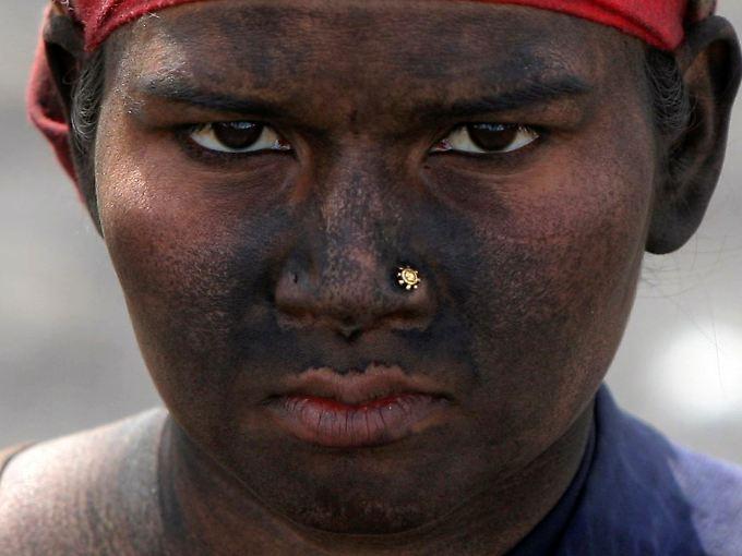 Realität statt Traumfabrik: Eine Inderin unterbricht ihre Arbeit in einem Kohlenlager.