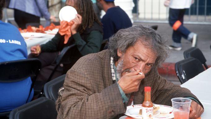 In Los Angeles isst ein Obdachloser in einer Einrichtung der Wohlfahrt.