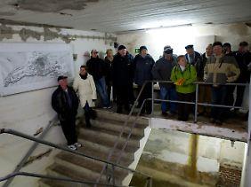 Touristengruppe im Bunker.