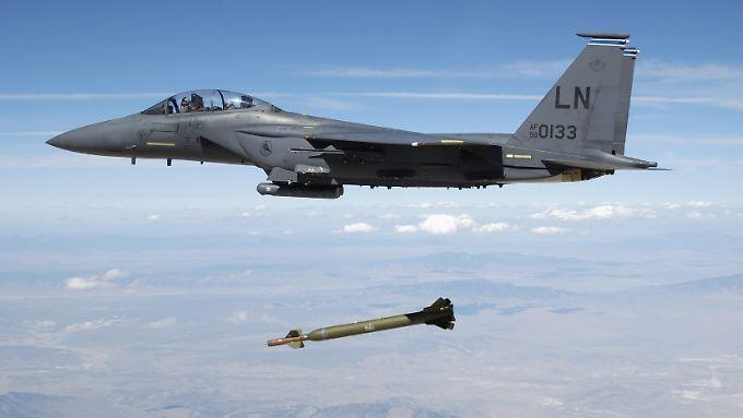 """Ein Kampfjet der US Air Force vom Typ F-15E """"Strike Eagle"""" wirft bei einer Übung eine Bombe ab."""