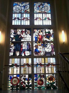 Glücklich, bunt, international: die Glasfenster im Treppenhaus der einstigen Kinderkrippe.