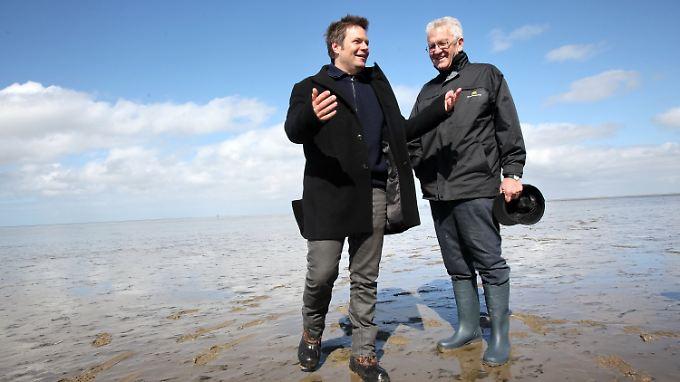 Der Spitzenkandidat der Kieler Grünen, Habeck (l), erhält Wahlkampfhilfe vom baden-württembergischen Ministerpräsidenten Kretschmann im Westerhever Wattenmeer.