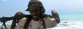 Ein somalischer Soldat steht vor der Küste von Hobyo in Somalia Wache.