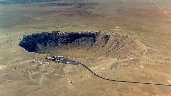 Der Barringer-Krater im US-Bundesstaat Arizona zählt zu den größten Einschlagsorten der Welt. Der Einschlag fand allerdings erst vor ungefähr 50.000 Jahren statt.