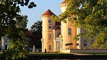 Blick auf Schloss und See: Besucher können heute gut nachempfinden, was Friedrich und Kurt Tucholsky an Rheinsberg gemocht haben.