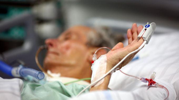 Mit moderner Gerätmedizin können Menschen fast unendlich lange in einem lebensähnlichen Zustand gehalten werden.