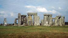 Der hölzerne Zwilling blickt aus 900 Metern Entfernung auf den Steinkreis.