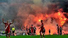 Relegationsspiel war zweimal unterbrochen: Düsseldorf feiert Chaos-Aufstieg