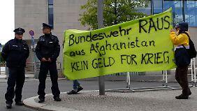 Vor dem Kanzleramt gab es kleinere Proteste gegen den Afghanistan-Einsatz der Bundeswehr.