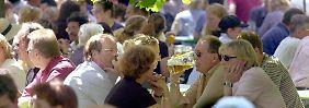 Platz für 7000 Besucher: Der Biergarten am Chinesischen Turm im Englischen Garten ist einer der größten in München.
