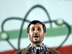 Der Mann ohne Bombe: Noch verfügt Irans Präsident Ahmadinedschad nicht über Atomwaffen. Davon gehen zumindest US-Amerikanische Geheimdienste aus.